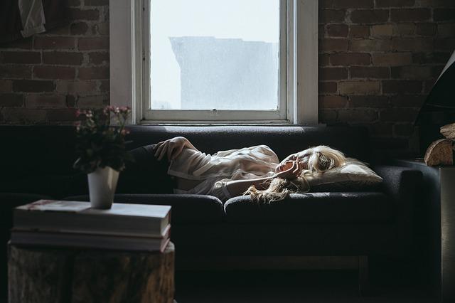 spaní na pohovce