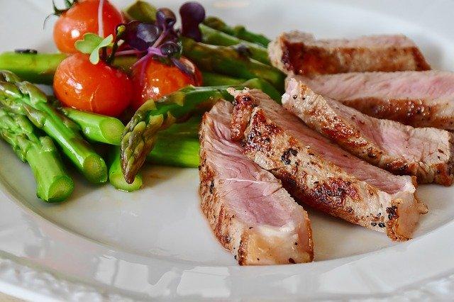 steak, chřest a rajčata