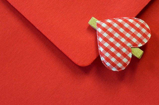 červená obálka se srdíčkem