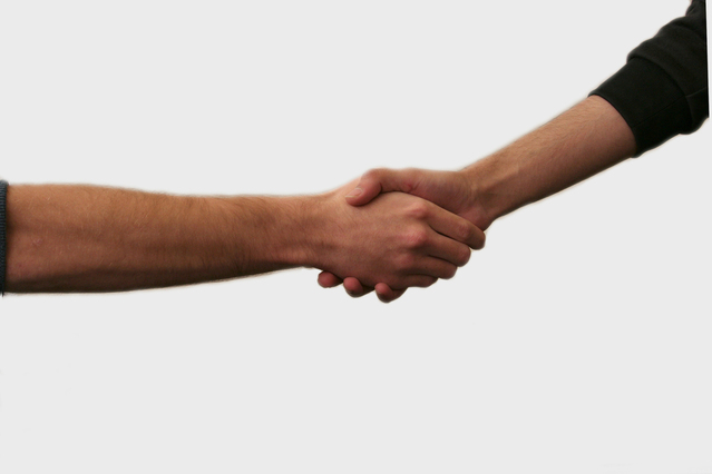 potřes rukou na bílém pozadí značící dobrou spolupráci